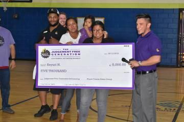 Sayuri Hernández recibió un cheque por 5 mil dólares como parte del compromiso que Planet Fi ...