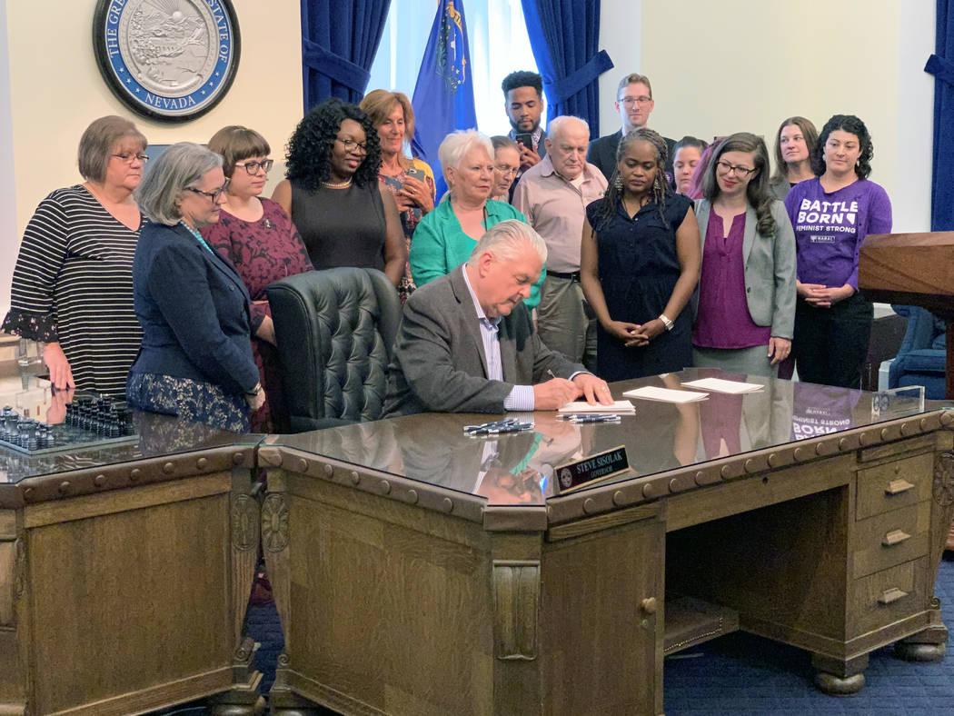 El gobernador Steve Sisolak firmó una serie de legislaciones en Carson City el miércoles, inc ...