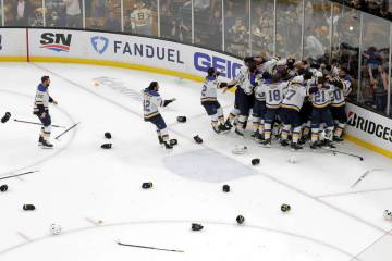 Los St. Louis Blues celebran su victoria sobre los Boston Bruins en el Juego 7 de la final de l ...