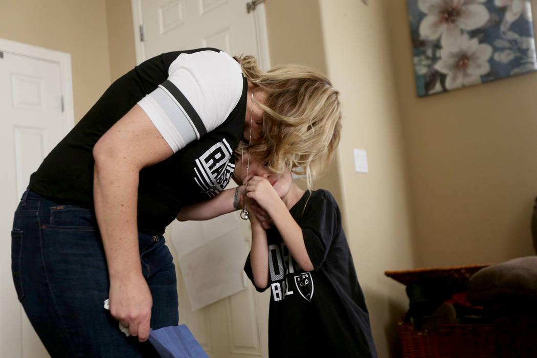 Meredith Tracy abraza a Kannon Tracy, de 5 años, en su casa en Las Vegas, el 2 de noviembre de ...