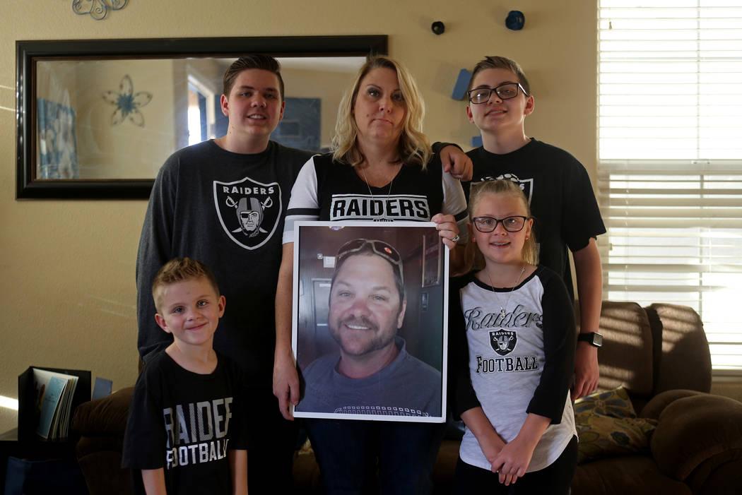 La familia Tracy, de izquierda a derecha, Colin Tracy, de 17 años, Kannon Tracy, de 5, Meredit ...