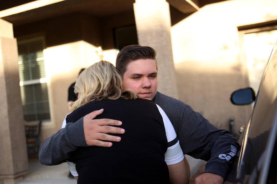 Meredith Tracy abraza a su hijo Colin Tracy, de 17 años, en su casa en Las Vegas, el viernes 2 ...
