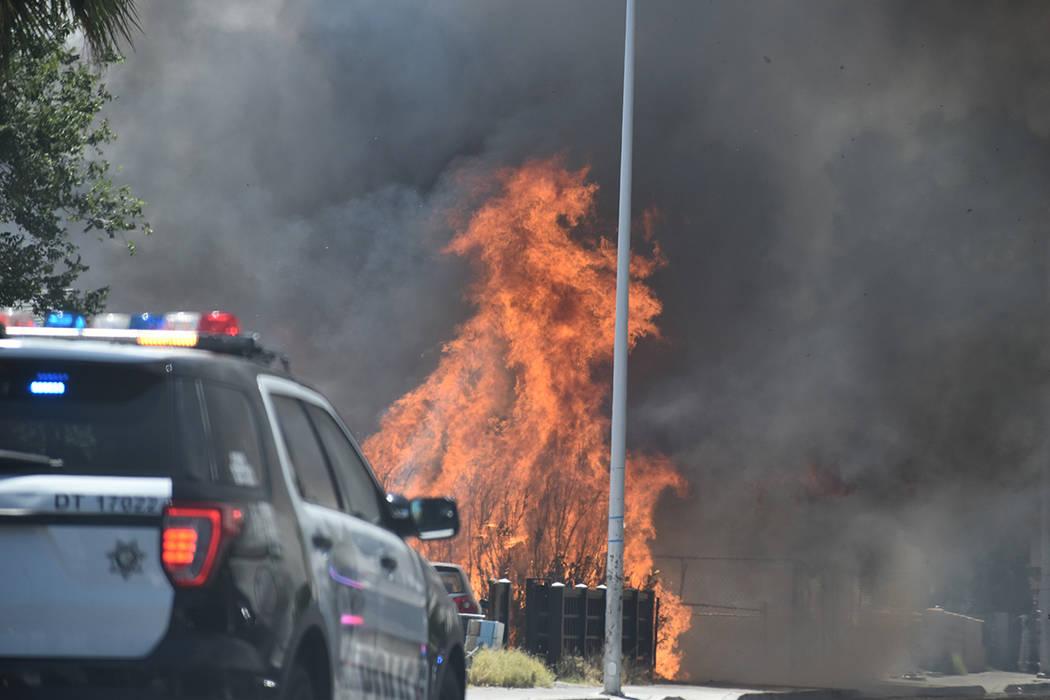 Tres casas resultaron dañadas, luego de un dantesco incendio registrado en el Este de la ciuda ...