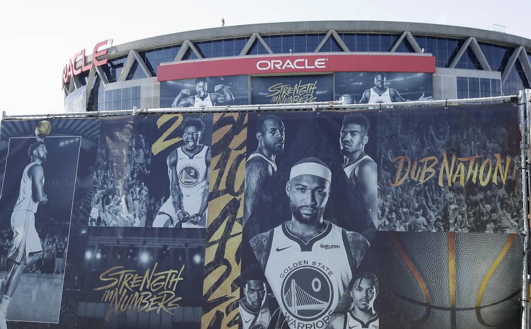 Un cartel que muestra imágenes de los jugadores de Golden State Warriors fuera de Oracle Arena ...
