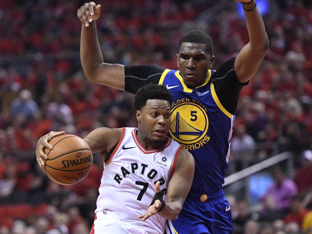 El escolta de los Toronto Raptors, Kyle Lowry (7), maneja el balón bajo presión del centro de ...