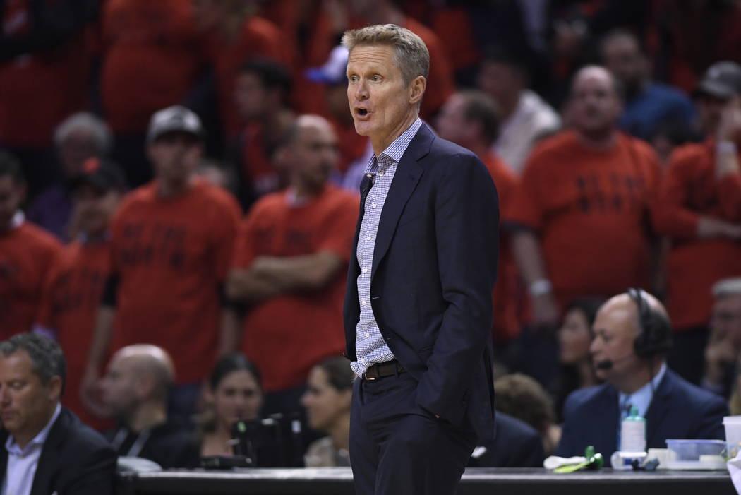 El entrenador de los Golden State Warriors, Steve Kerr, observa la acción contra los Toronto R ...