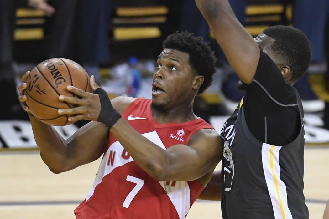 El escolta de los Raptors de Toronto, Kyle Lowry (7), pasa la pelota frente al escolta Klay Tho ...