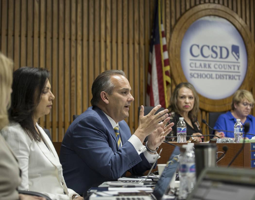 El Superintendente Escolar del Condado de Clark, el doctor Jesús Jara, tercero desde la izquie ...