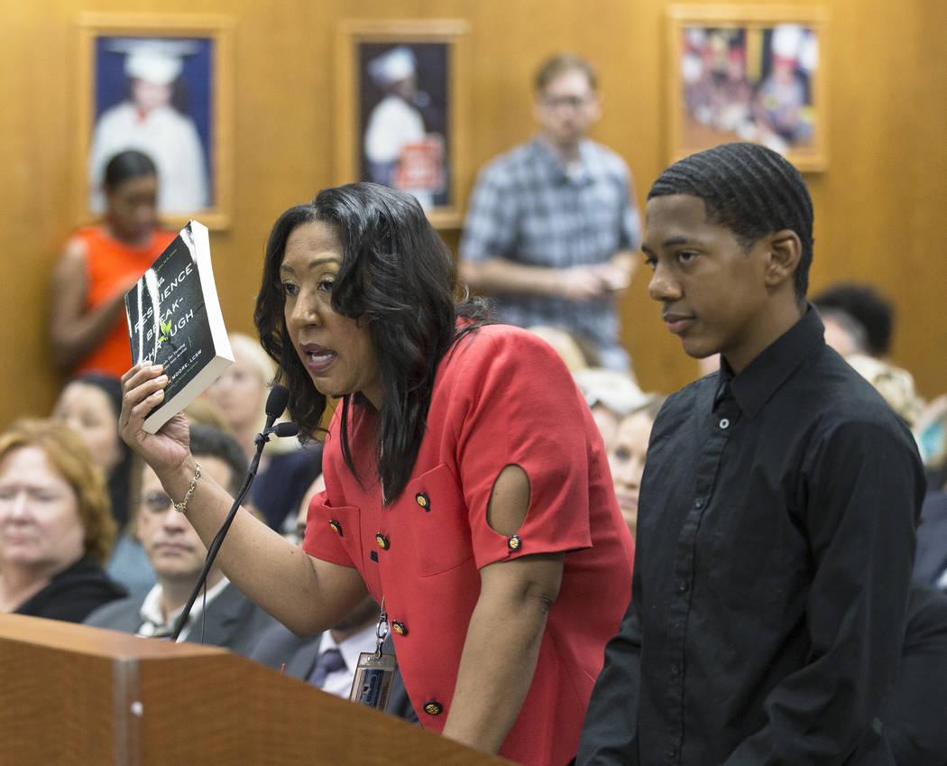 Cristal Boisseau, a la izquierda, decano de estudiantes de la Escuela Secundaria Shadow Ridge, ...