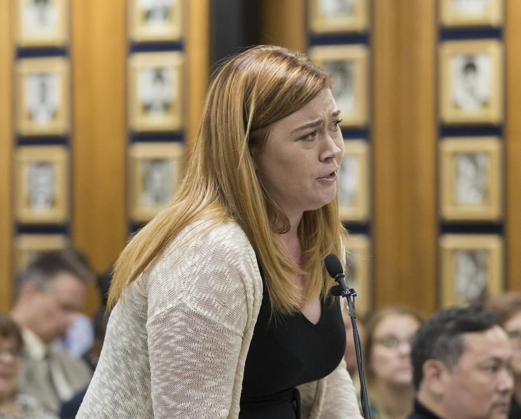 Meghann Peterson, madre y maestra en Arbor View High School, se dirige a la Junta de Fideicomis ...