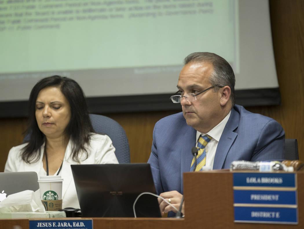 El Superintendente Escolar del Condado de Clark, el doctor Jesús Jara, a la derecha, escucha l ...