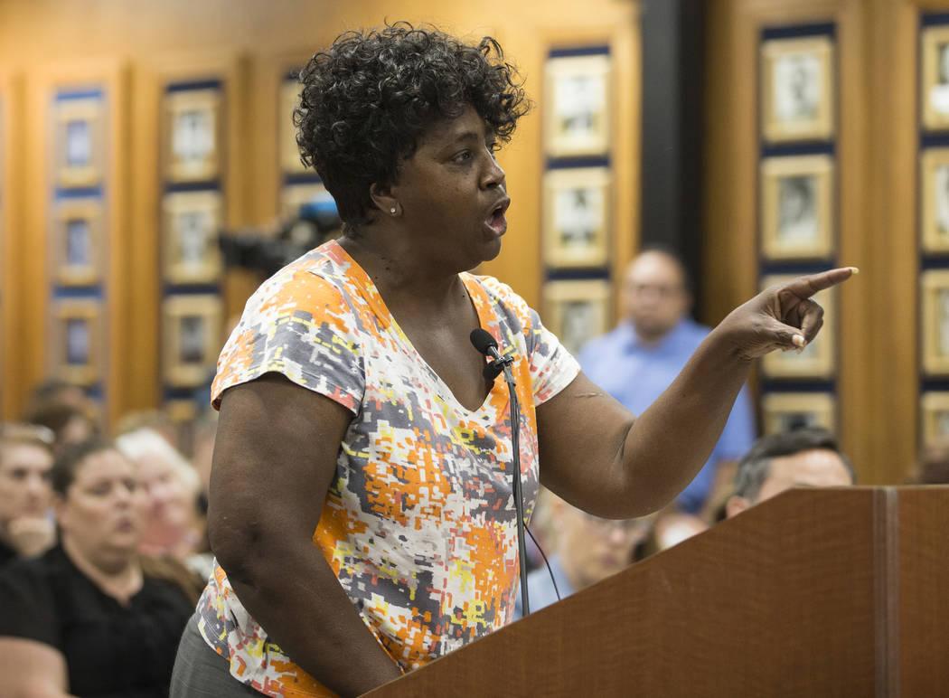Suynn Davis, cuyo nieto asiste a Arbor View High School, se dirige a la Junta de Fideicomisario ...