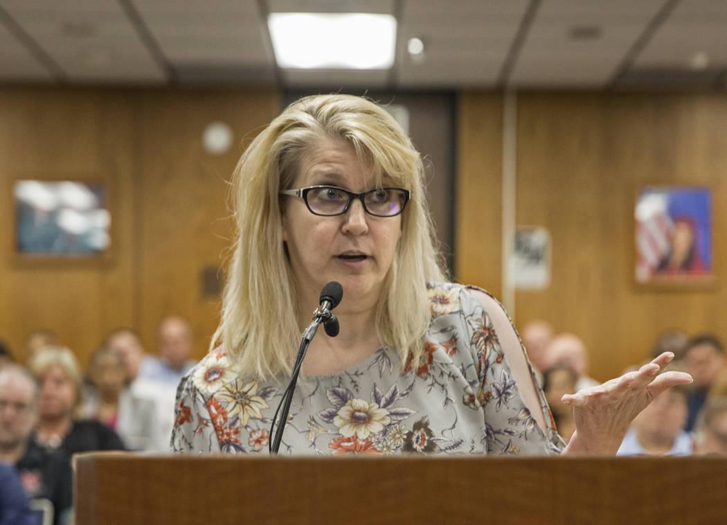 Amy Richmond, madre y maestra en Palo Verde High School, se dirige a la Junta de Fideicomisario ...