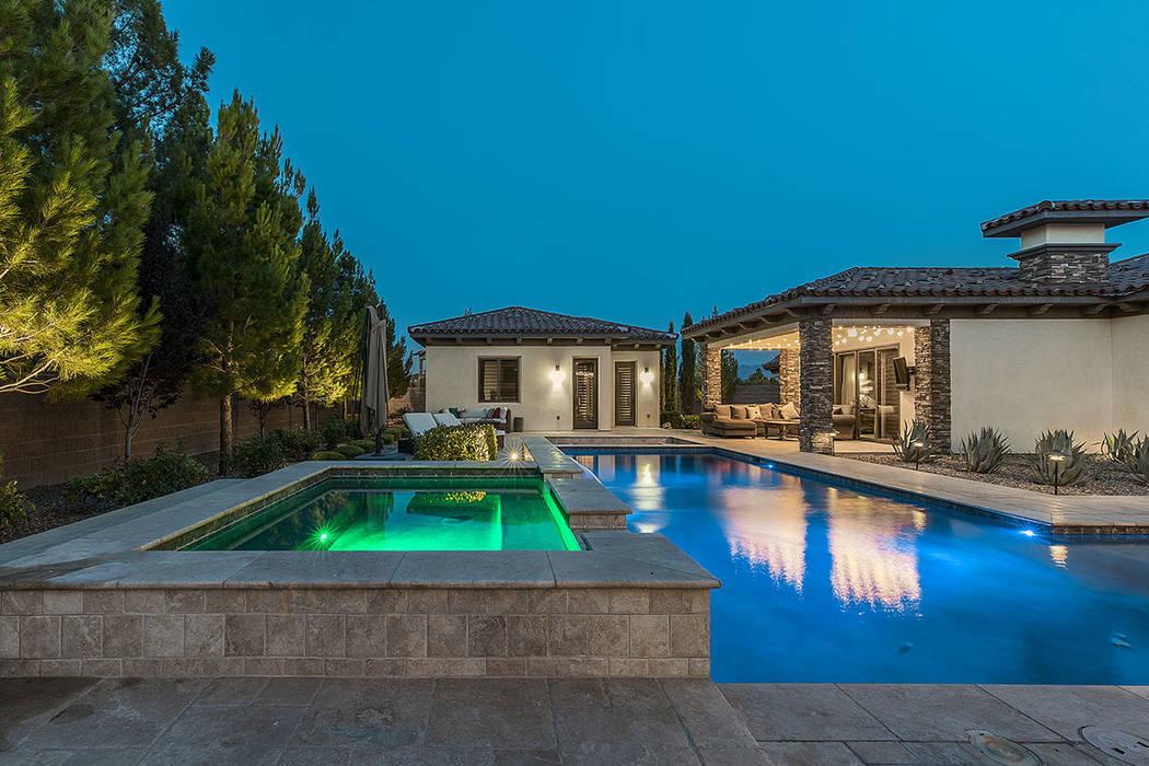 La casa cuenta con piscina y spa. (Grupo Ivan Sher)