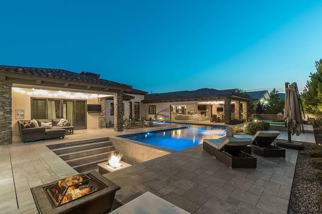 La casa de un solo piso, construida en un lote de .63 acres en 2015, mide cinco mil 285 pies cu ...