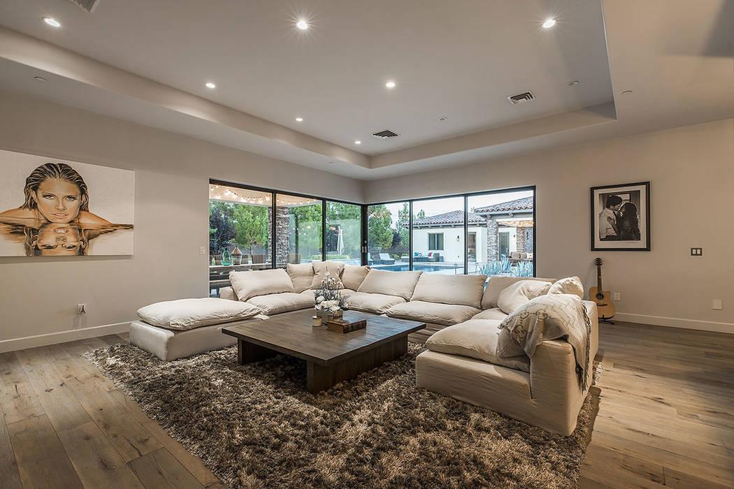 La casa tiene un plano de planta abierto y está orientada a la vida interior y exterior. (Grup ...