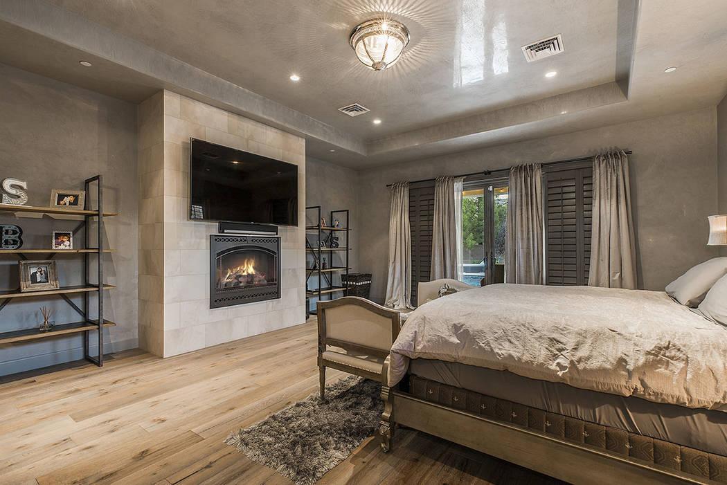 La master bedroom tiene una chimenea. (Ivan Sher Group)