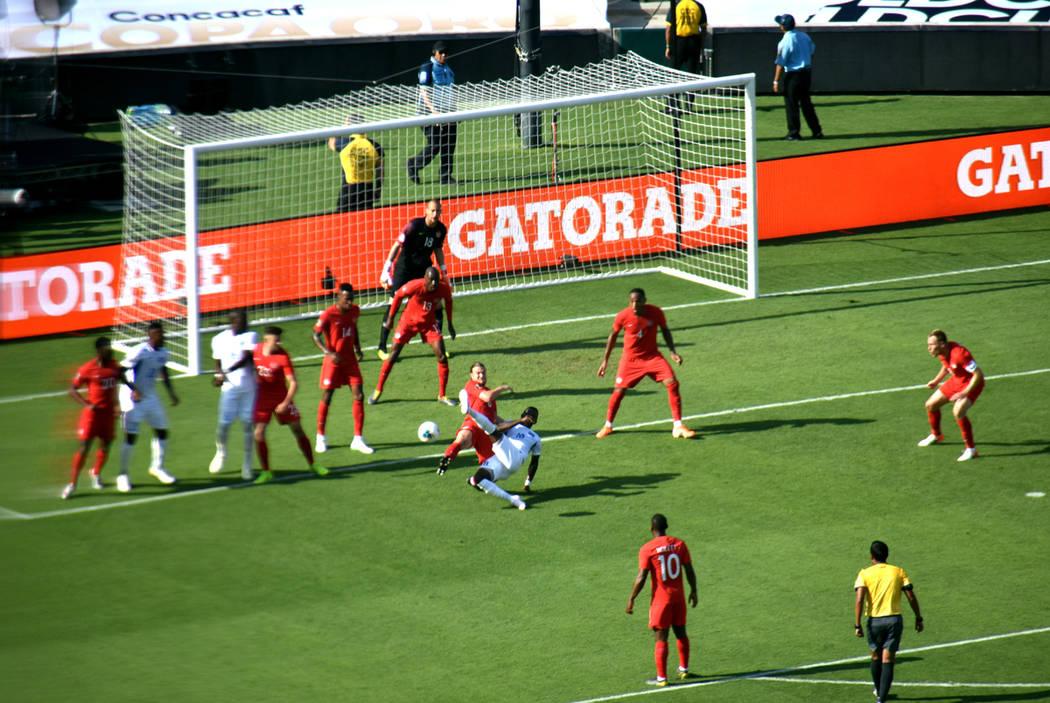 Canadá y Martinica protagonizaron el primer partido de la 15º edición de la Copa Oro, en un ...