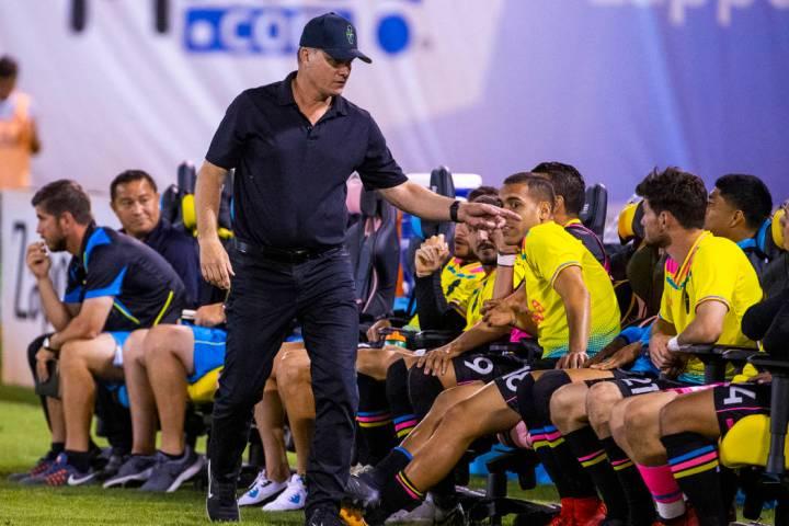 El entrenador de los Vegas Lights FC, Eric Wynalda, le dice algunas palabras a un jugador en el ...
