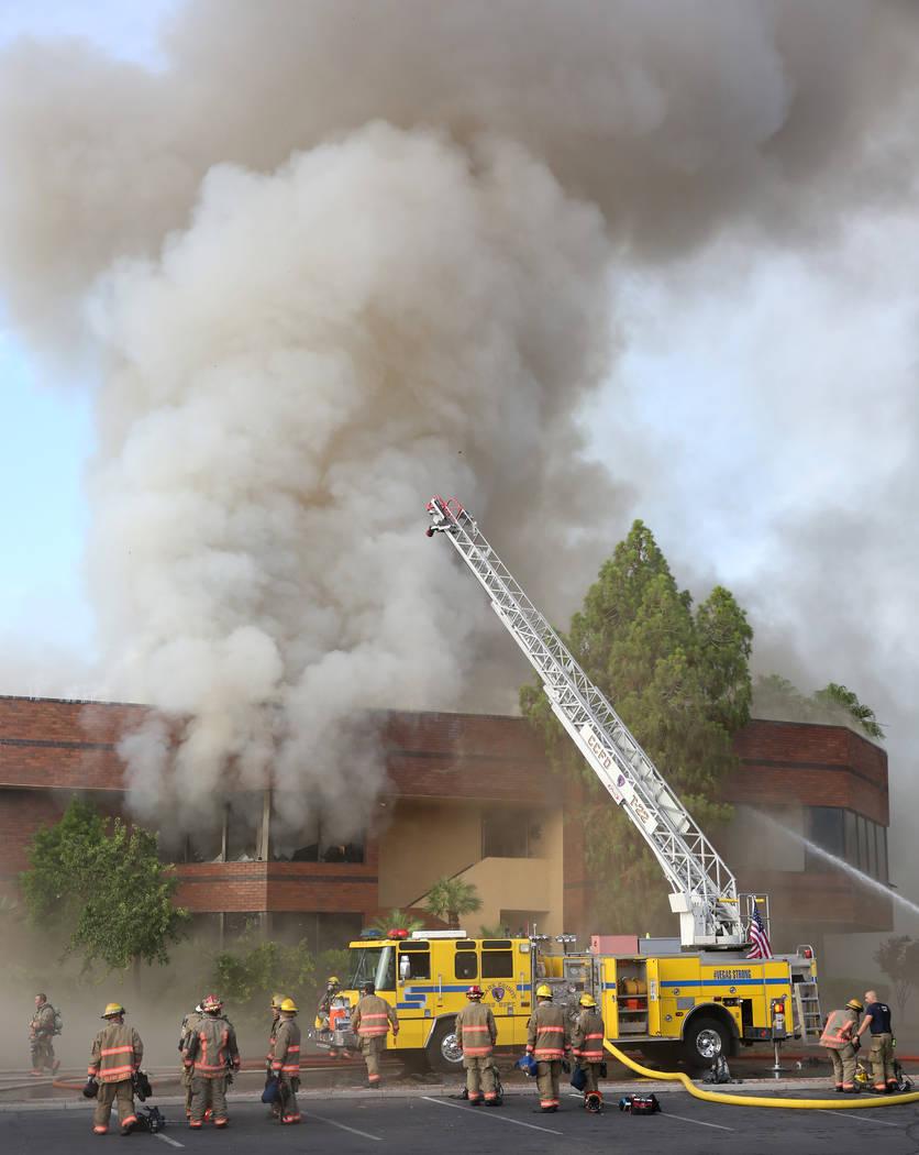 Los equipos de bomberos del Condado de Clark y Las Vegas combaten un incendio en The Park a las ...