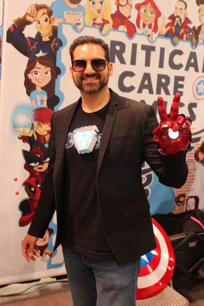 Richard Tango, voluntario de Critical Care Comics, es sobreviviente de cáncer y reparte revist ...