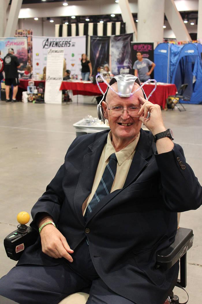 Un aficionado a los comics se disfrazó del Profesor X, su condición es en una silla de ruedas ...