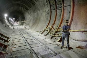 Dentro del portal sur a un túnel de cinco millas en Yucca Mountain a 90 millas al noroeste de ...