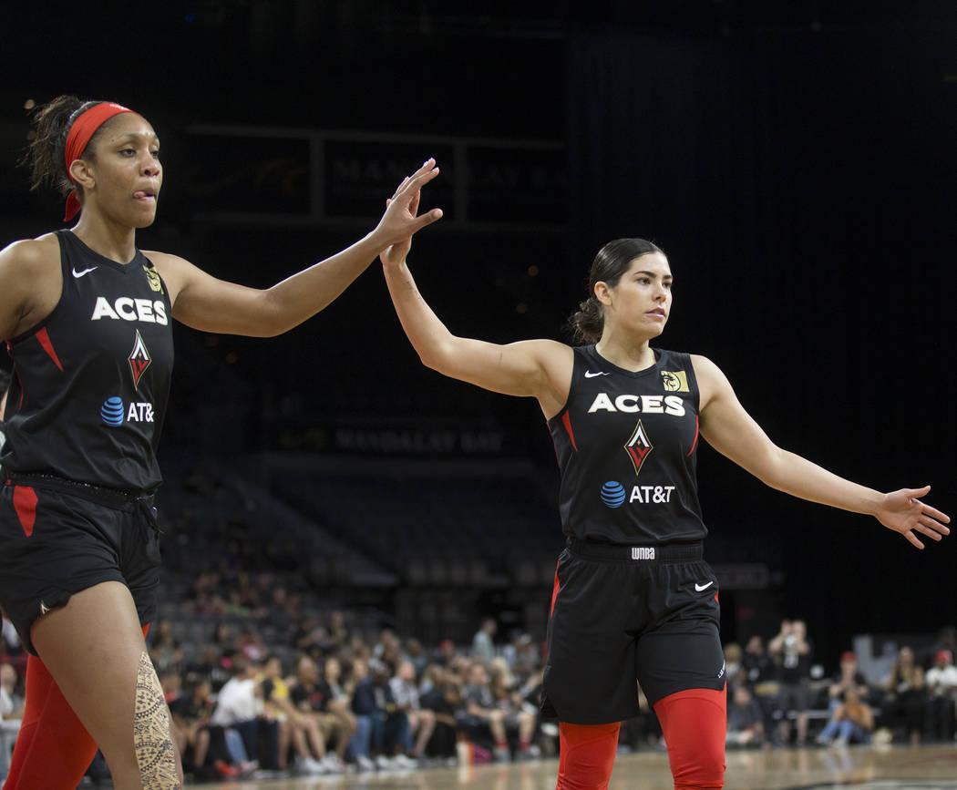 La jugadora de Las Vegas Aces, Kelsey Plum (10) celebra con su compañera A'ja Wilson (22) en e ...