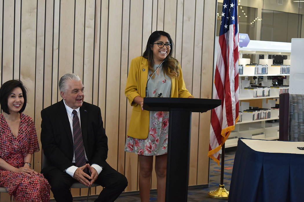 La beneficiaria de DACA, Erika Castro, fue la maestra de ceremonias en este evento. Viernes 14 ...