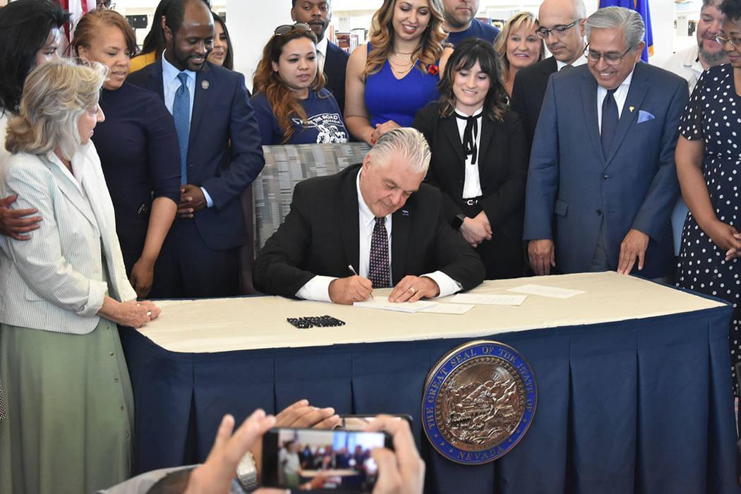 El gobernador Steve Sisolak firmó cuatro nuevas leyes de interés para la comunidad latina. Vi ...