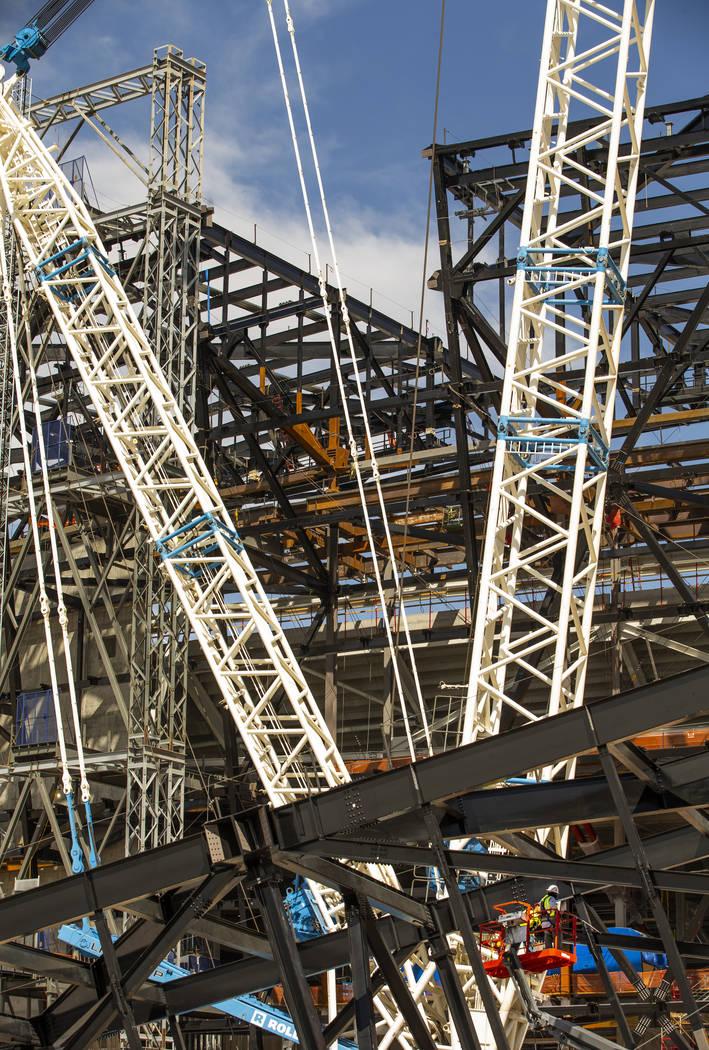 Un lugar vacío en el estadio Raiders donde se instaló uno de los armazones de acero de 65 ton ...