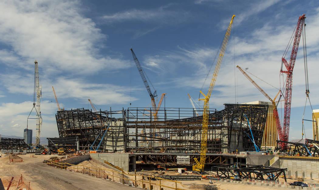 Varias vigas se encuentran en el suelo en el Raiders Stadium, donde se instaló uno de los aros ...