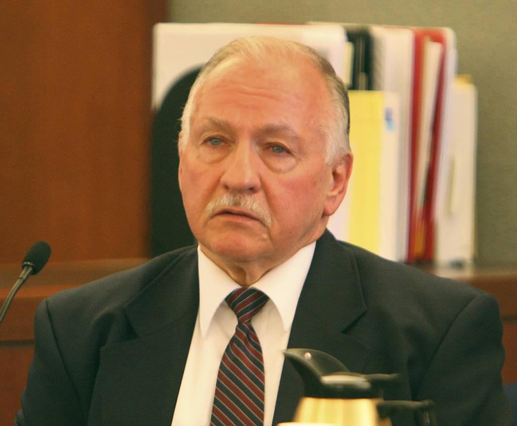Durante la investigación del forense, el oficial de seguridad de la corte federal Arthur Vince ...