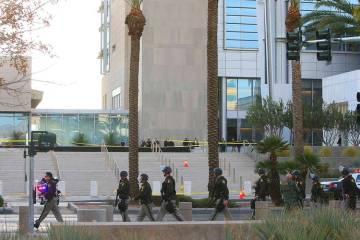 La policía de Las Vegas se desplegó para buscar a un sospechoso involucrado en un tiroteo fat ...