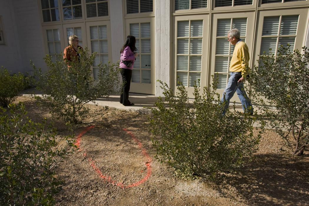 Un esquema de pintura marca el lugar el 5 de enero de 2010, donde Johnny Lee Wicks fue asesinad ...