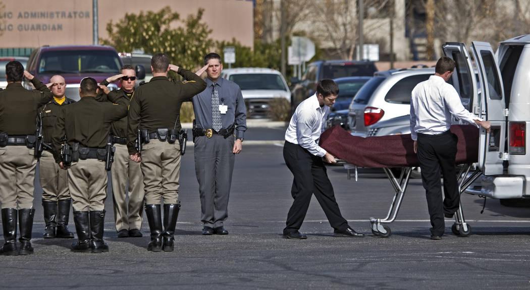 Los oficiales de policía de Las Vegas forman una guardia de honor para Stan Cooper, un oficial ...