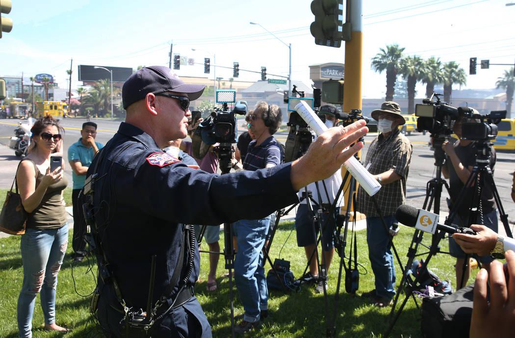 El jefe de bomberos del Condado de Clark, Greg Cassell, se dirige a los medios de comunicación ...