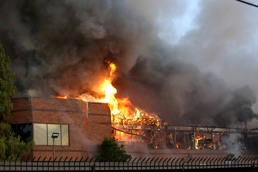 Un incendio temprano en la mañana envuelve un complejo comercial cerca de Paradise Road y East ...