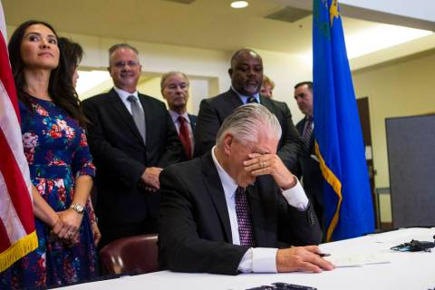El gobernador Steve Sisolak hace una pausa por un momento antes de firmar un trío de legislatu ...