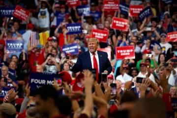 El presidente Donald Trump reacciona ante la multitud después de hablar durante su mitin de re ...