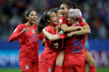 Alex Morgan de Estados Unidos, segunda a la derecha, celebra después de marcar el gol número ...