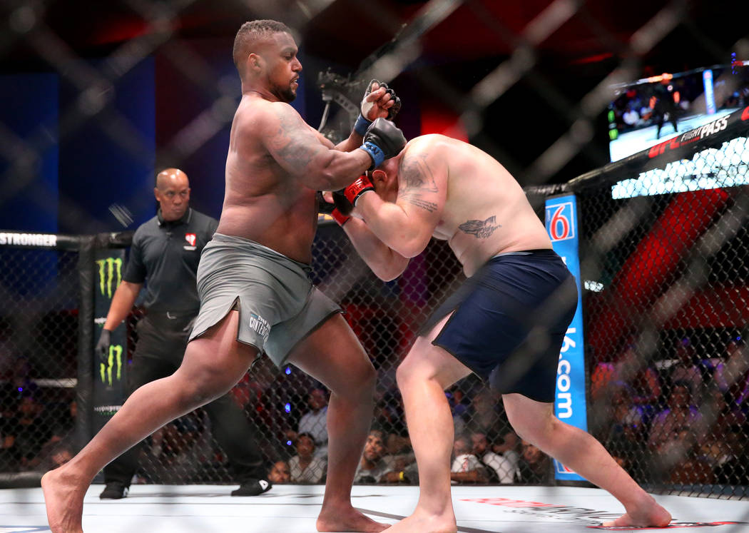 Yorgan De Castro, a la izquierda, lucha contra Alton Meeks en la primera ronda de su pelea de p ...