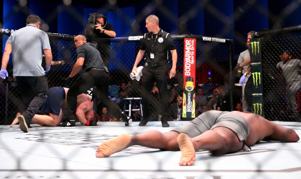 Yorgan De Castro celebra su nocaut a Alton Meeks en la primera ronda de su pelea de peso pesado ...