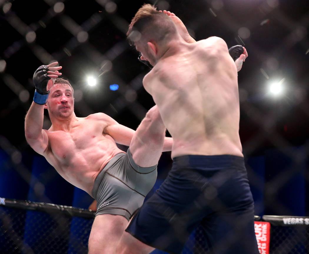 Brendan Loughnane patea a Bill Algeoin en la segunda ronda de su pelea de peso pluma en la sema ...