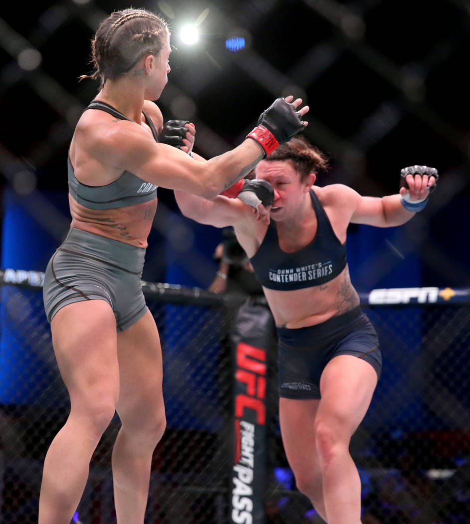 Hannah Goldy golpea a Kali Robbins en la segunda ronda de su pelea de peso paja en la semana in ...