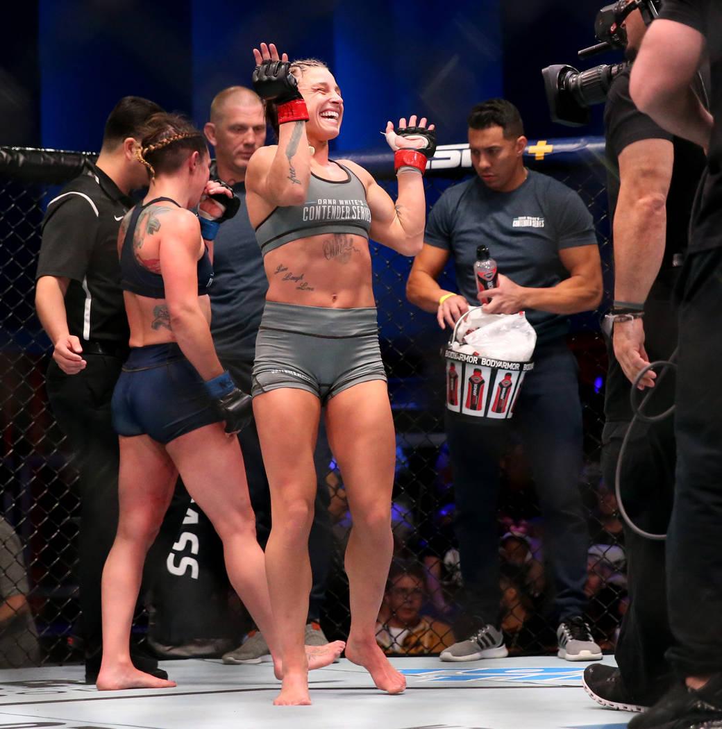 Hannah Goldy reacciona después de pelear con Kali Robbins en su pelea de peso paja en la seman ...