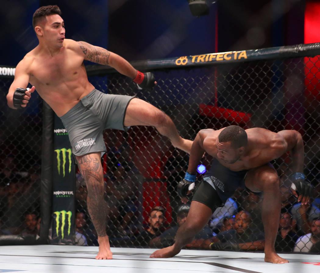 Punahele Soriano patea a Jamie Pickett en la primera ronda de su pelea de peso mediano en la se ...