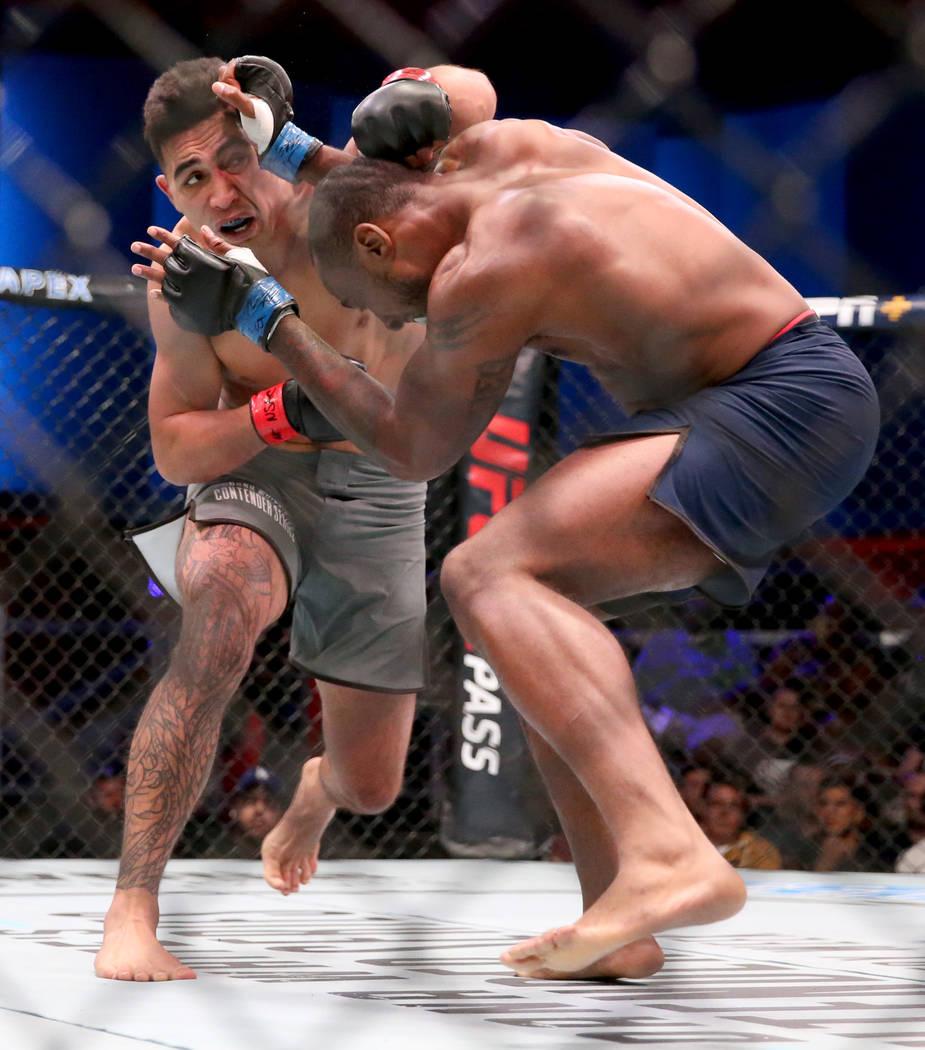 Punahele Soriano, izquierda, golpea a Jamie Pickett en la primera ronda de su pelea de peso med ...