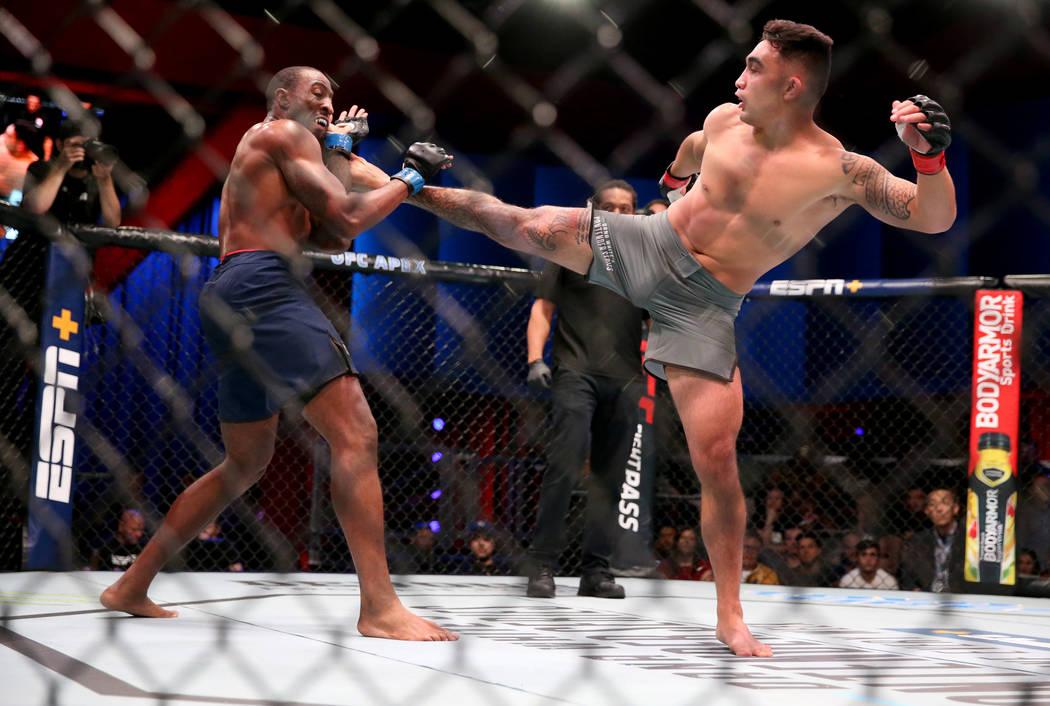 Punahele Soriano, izquierda, patea a Jamie Pickett en la primera ronda de su pelea de peso medi ...