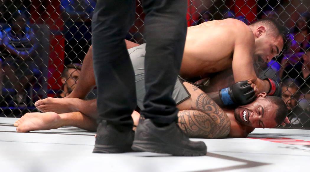 Punahele Soriano, izquierda, codea a Jamie Pickett en la tercera ronda de su pelea de peso medi ...